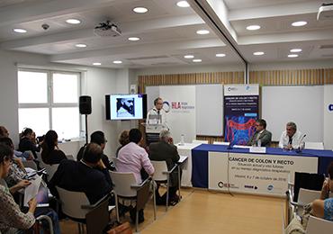 El Dr. Guerra Azcona modera una mesa  sobre presente y futuro del cáncer de colon