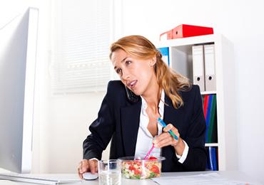 Trabajar fuera de casa no es una excusa para comer comida rápida o preparada
