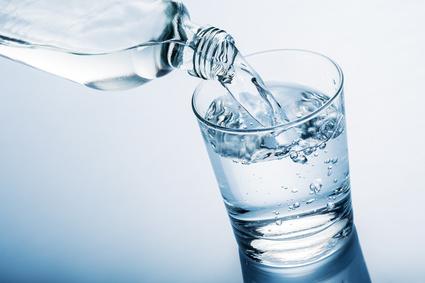 Agua con gas: beneficio y contraindicación